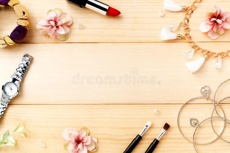 Accesorios de las mujeres con el fondo de madera Visión superior imagen de archivo libre de regalías