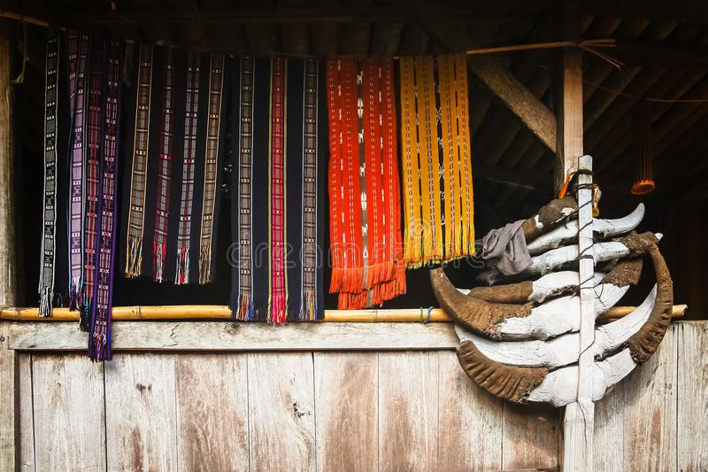 Accesorios de vestir en el pueblo de Bena foto de archivo