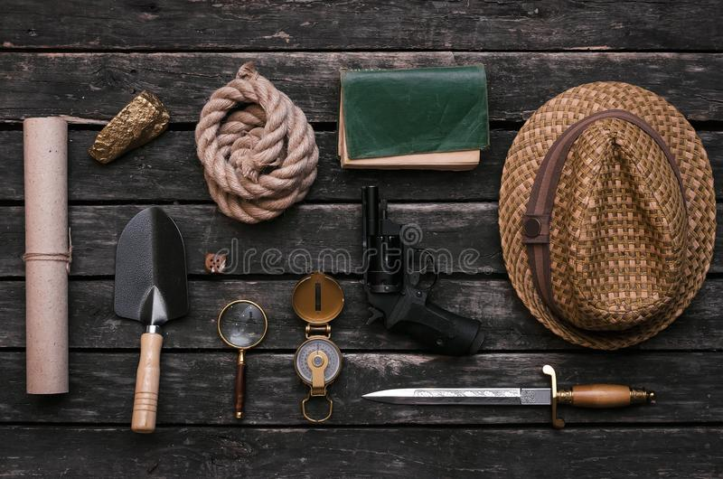 Accesorios del aventurero Equipo del cazador de tesoros Tabla del explorador imagen de archivo
