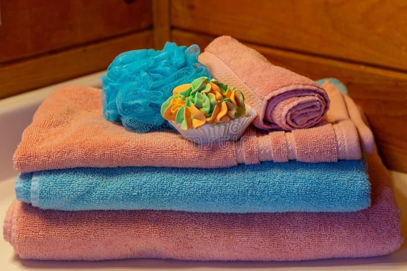 Accesorios del baño dispuestos en cómoda del cuarto de baño foto de archivo libre de regalías