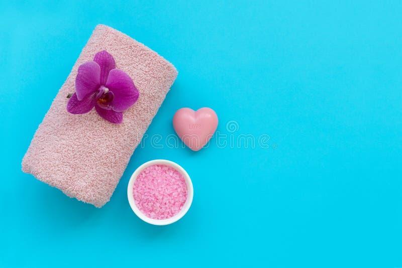Accesorios del baño: toalla, sal y jabón en fondo azul Cosmético del balneario o concepto de la higiene Copie el espacio Endecha  fotos de archivo libres de regalías