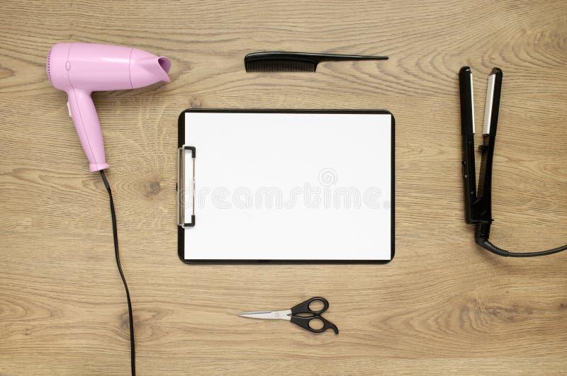 Accesorios del Hairstyling con el espacio de la copia en fondo de madera foto de archivo