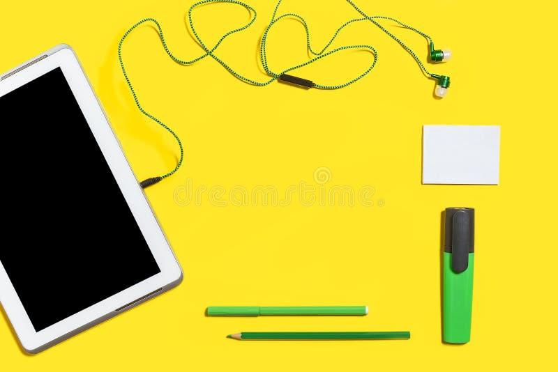Accesorios del negocio en una superficie amarilla fotos de archivo