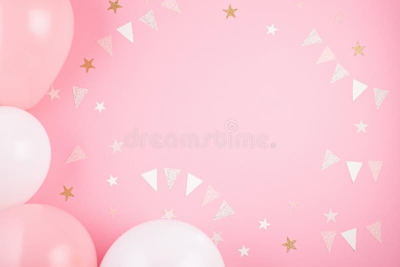 Accesorios del partido de las muchachas sobre el fondo rosado Invitación, BI imagenes de archivo
