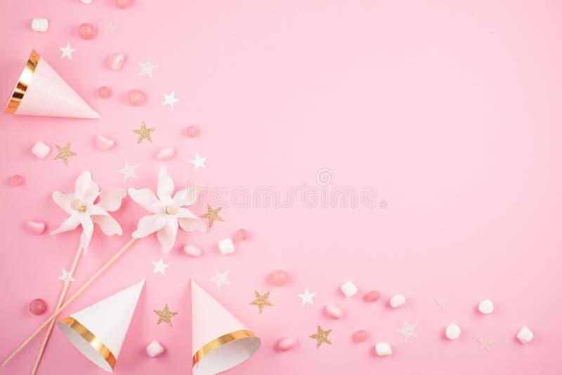 Accesorios del partido de las muchachas sobre el fondo rosado Invitación, BI fotos de archivo