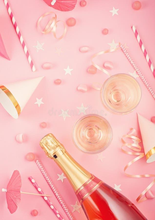 Accesorios del partido de las muchachas sobre el fondo rosado Invitación, cumpleaños, concepto del partido de la soltera fotos de archivo