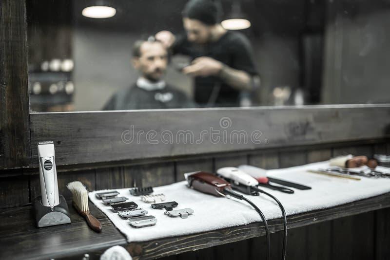 Accesorios del peluquero en barbería foto de archivo
