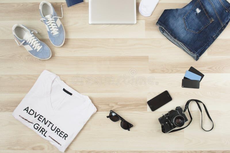 Accesorios del ` s de las mujeres, ropa casual del verano en un fondo de madera Artículos de las vacaciones y del viaje lat plano fotos de archivo libres de regalías