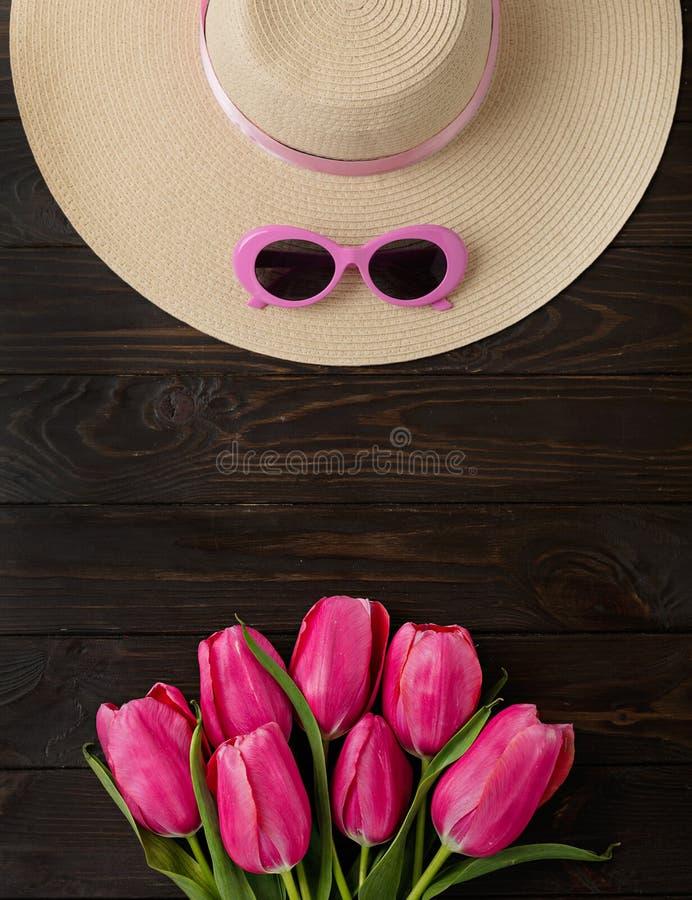 Accesorios del ` s de las mujeres - sombrero y gafas de sol Ramo de tulipanes rosados fotos de archivo libres de regalías