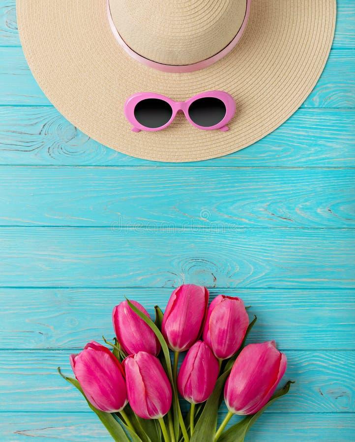 Accesorios del ` s de las mujeres - sombrero y gafas de sol Ramo de tulipanes rosados foto de archivo libre de regalías