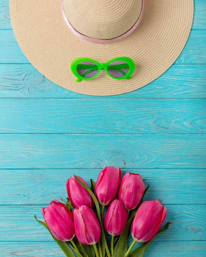 Accesorios del ` s de las mujeres - sombrero y gafas de sol Ramo de tulipanes rosados imágenes de archivo libres de regalías