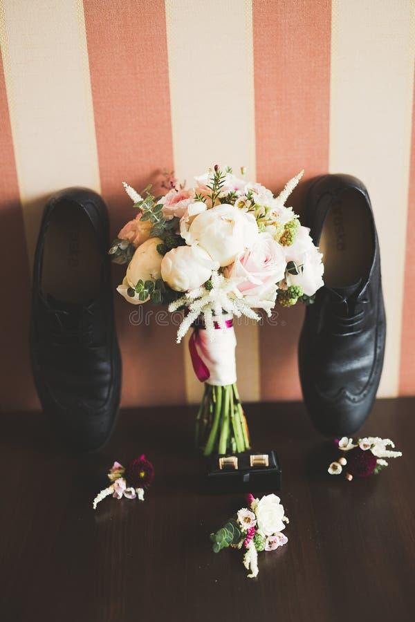 Accesorios del ` s de los hombres con los zapatos de lujo Visión superior imagenes de archivo