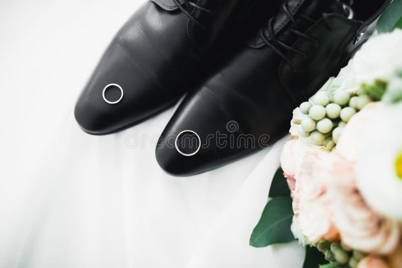 Accesorios del ` s de los hombres con los zapatos de lujo Visión superior imágenes de archivo libres de regalías