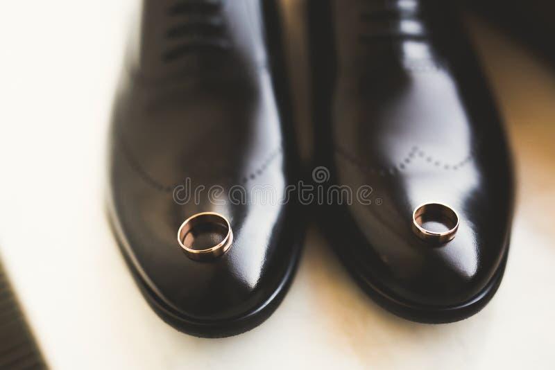 Accesorios del ` s de los hombres con los zapatos de lujo Visión superior fotografía de archivo libre de regalías