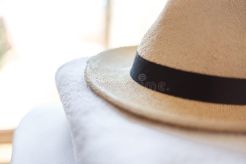 Accesorios del verano para la playa Gafas de sol en forma de corazón, sombrero de paja hecho punto elegante y toallas blancas Con fotografía de archivo libre de regalías