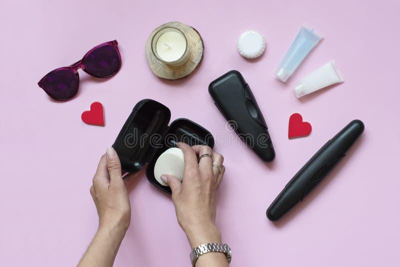 Accesorios del viaje del ` s de las mujeres, artículos de la higiene del verano en un fondo del rosa en colores pastel Artículos  foto de archivo libre de regalías