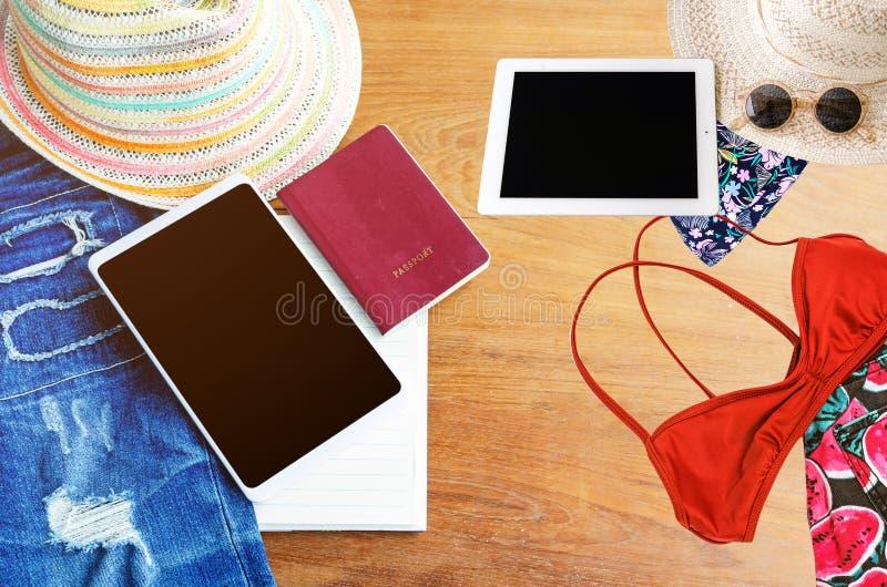 Accesorios del viaje Sombrero, smartphone, mezclilla rasgada, libro, pasaporte imágenes de archivo libres de regalías