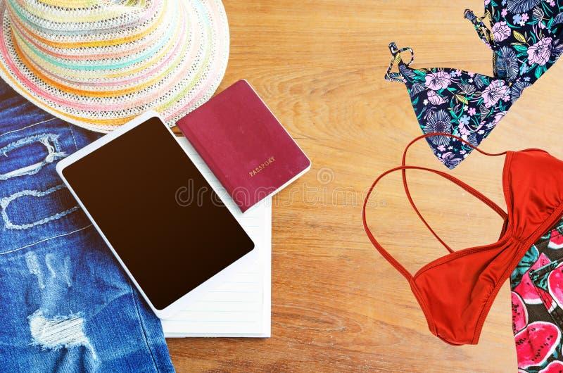 Accesorios del viaje Sombrero, smartphone, mezclilla rasgada, libro, pasaporte imagen de archivo libre de regalías