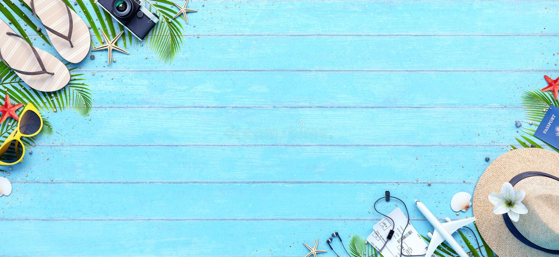 Accesorios del viaje del verano en fondo de madera azul libre illustration