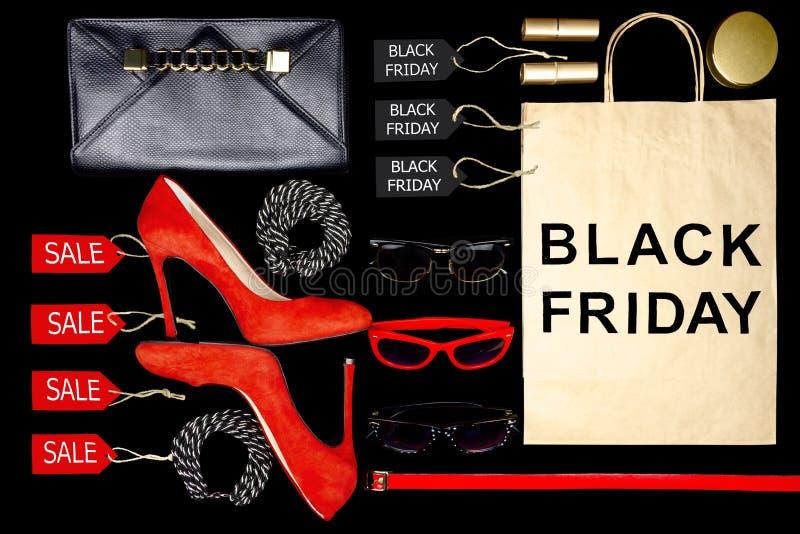 Accesorios femeninos de la mujer joven como: barra de labios, gafas de sol, espejo, monedero negro de la moda y tacones altos roj foto de archivo libre de regalías