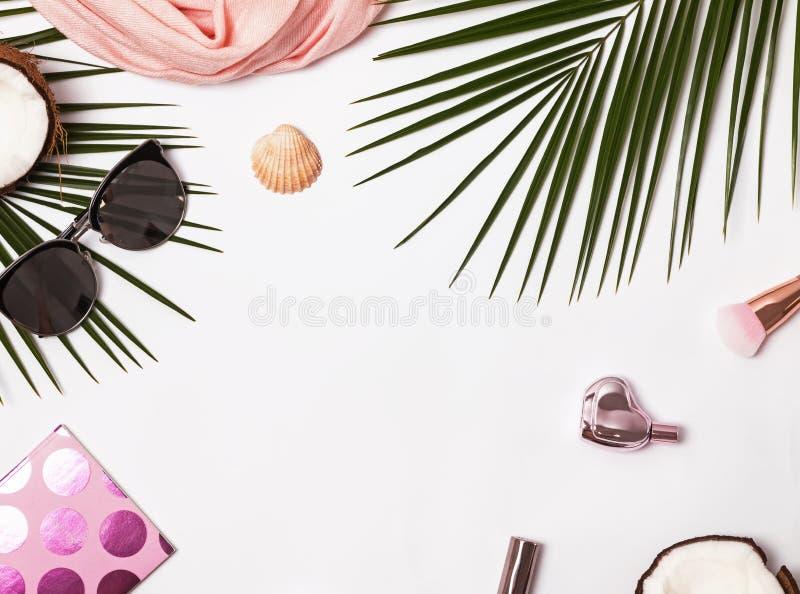 Accesorios femeninos del verano en el fondo blanco fotos de archivo libres de regalías