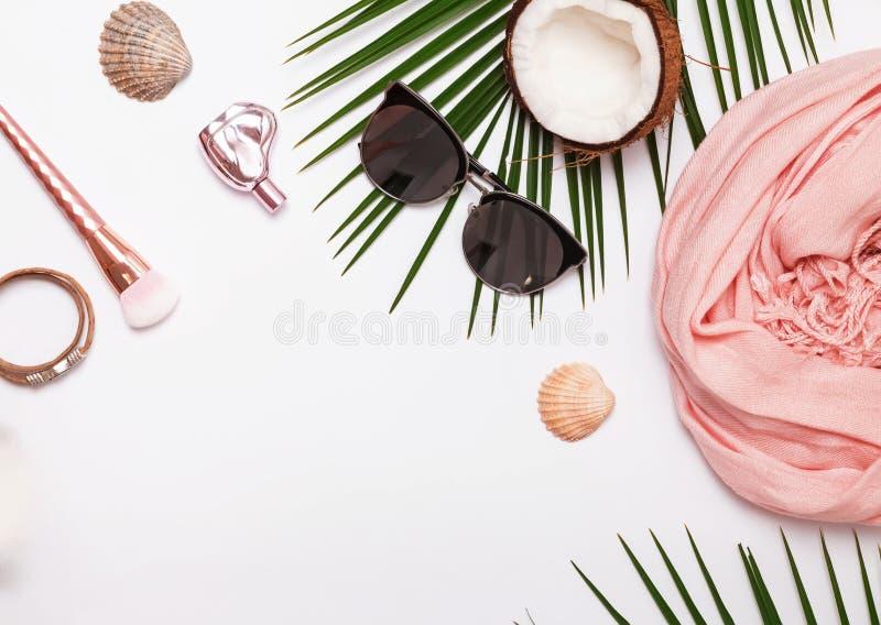 Accesorios femeninos del verano en el fondo blanco fotos de archivo
