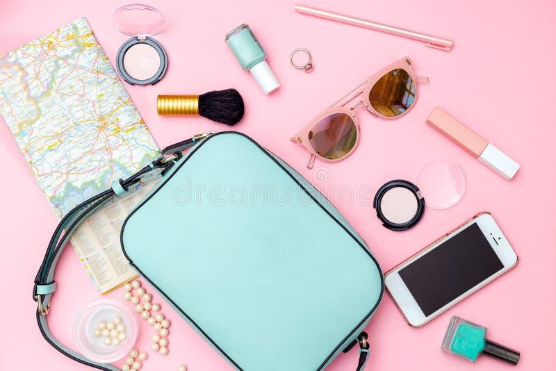 Accesorios femeninos del viaje en fondo rosado Endecha plana imágenes de archivo libres de regalías