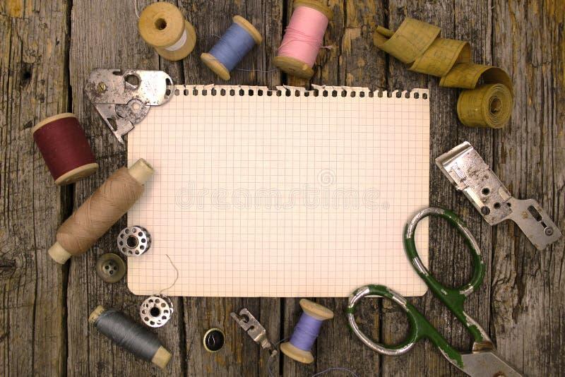 Accesorios, herramientas y accesorios del vintage para coser imagen de archivo