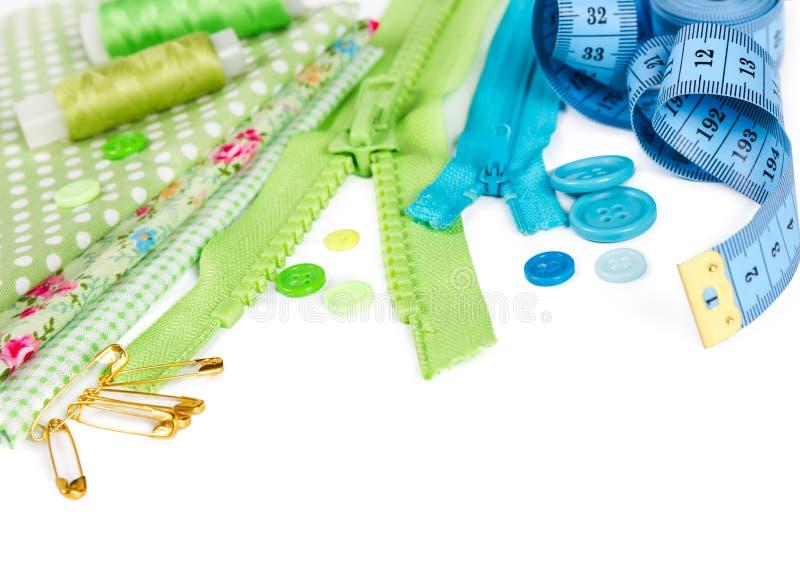 Accesorios para coser - tela, pernos, cremallera, hilo, botones a imagenes de archivo