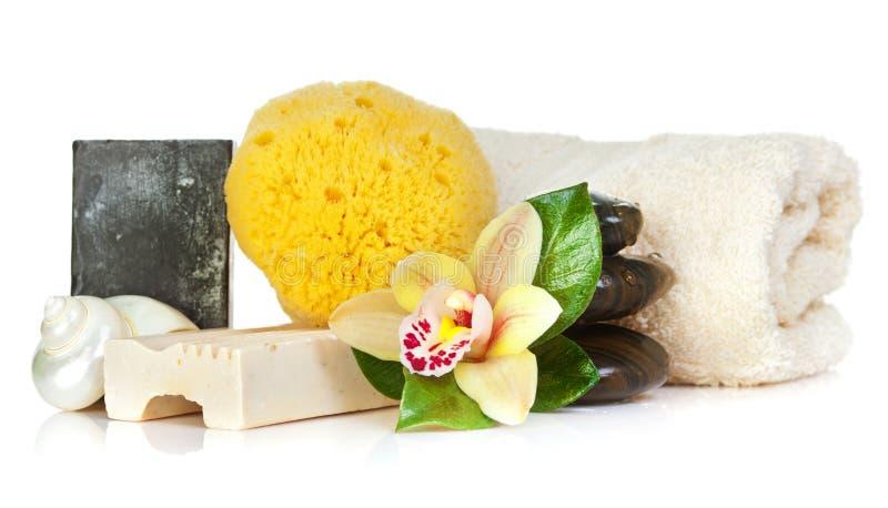 Accesorios para el balneario con las flores amarillas de la orquídea imagen de archivo