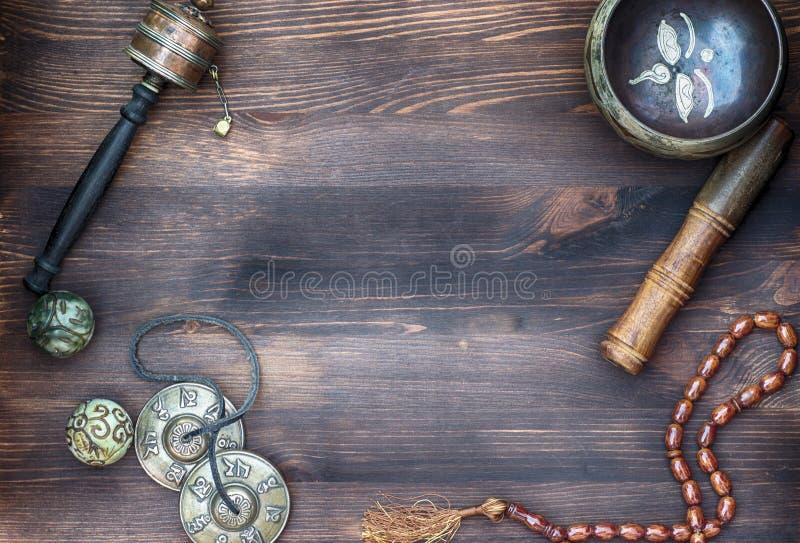 Accesorios para el masaje sano Tratamiento tibetano de los tazones de fuente del canto imagenes de archivo