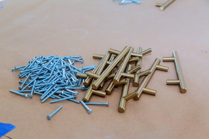 accesorios para los muebles de la cocina manijas para los armarios de cocina imagen de archivo libre de regalías