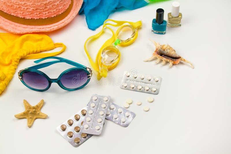 Accesorios para mujer de la playa del verano para su día de fiesta y píldora del mar imágenes de archivo libres de regalías