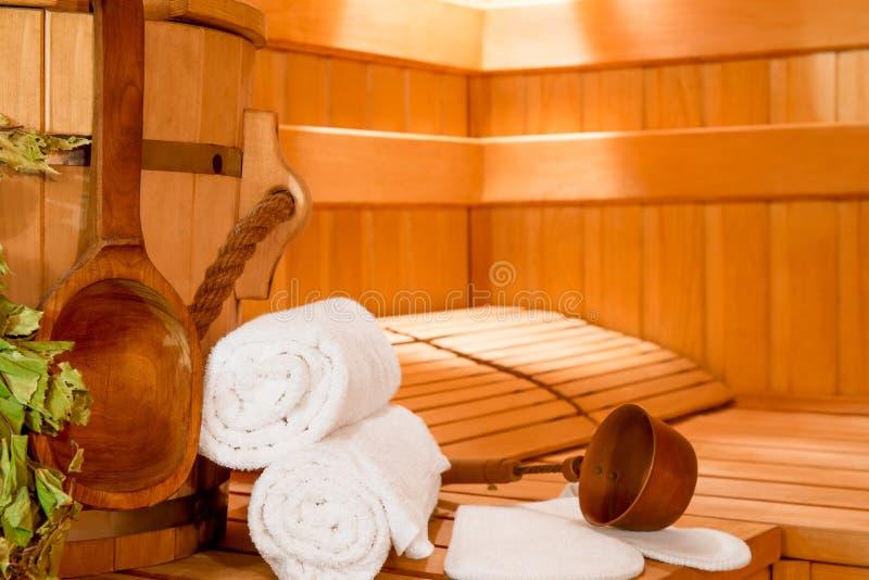 Accesorios para relajarse en el primer de la sauna imagenes de archivo