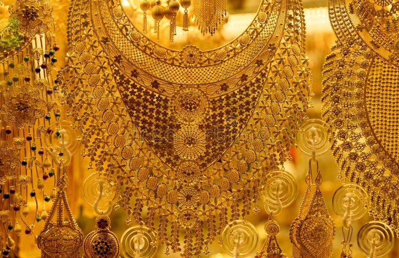Accesorios turcos del oro en venta en la ventana fotos de archivo libres de regalías