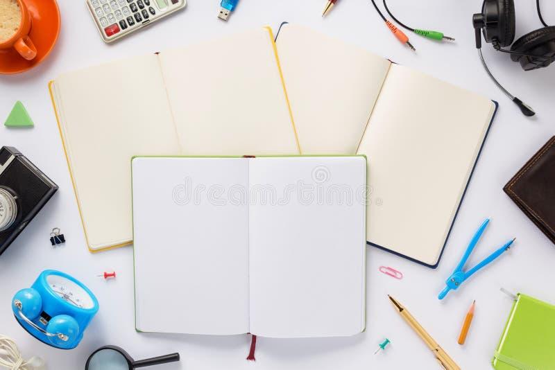 Accesorios y cuaderno de la escuela en el fondo blanco fotos de archivo libres de regalías