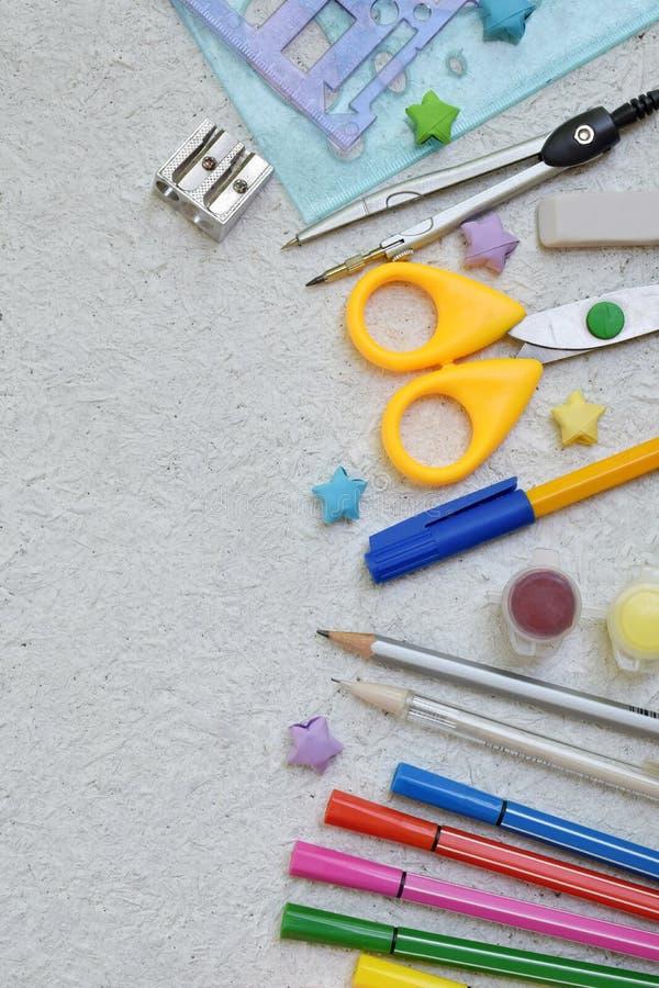 Accesorios y fuentes de la escuela: lápices, marcadores, pintura, plumas, regla en un fondo ligero De nuevo a concepto de la escu imagen de archivo libre de regalías