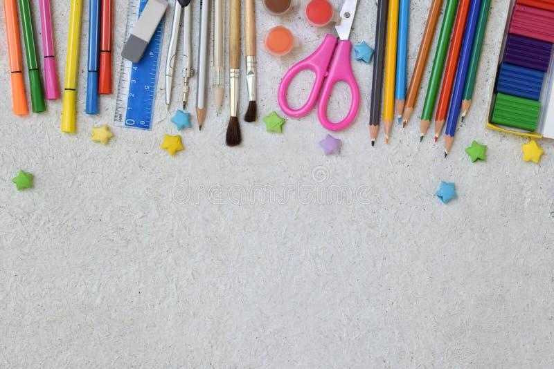 Accesorios y fuentes de la escuela: lápices, marcadores, pintura, plumas, regla en un fondo ligero De nuevo a concepto de la escu imagenes de archivo