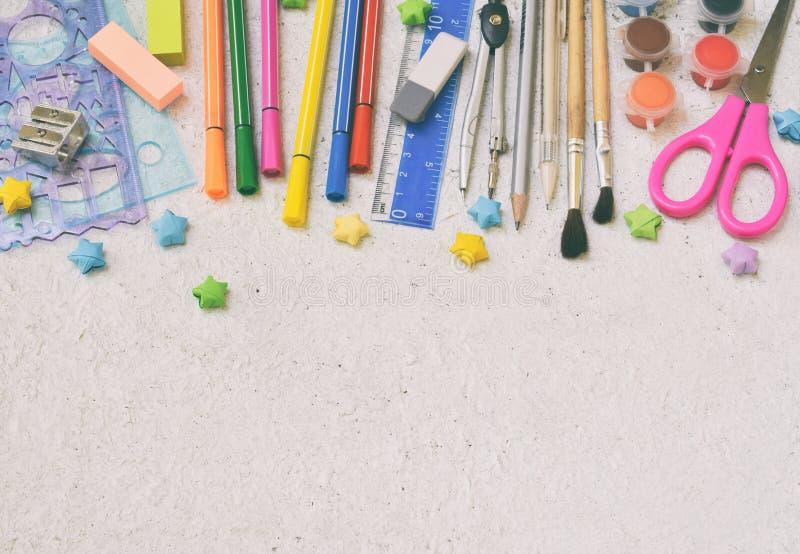 Accesorios y fuentes de la escuela: lápices, marcadores, pintura, plumas, regla en un fondo ligero De nuevo a concepto de la escu foto de archivo libre de regalías
