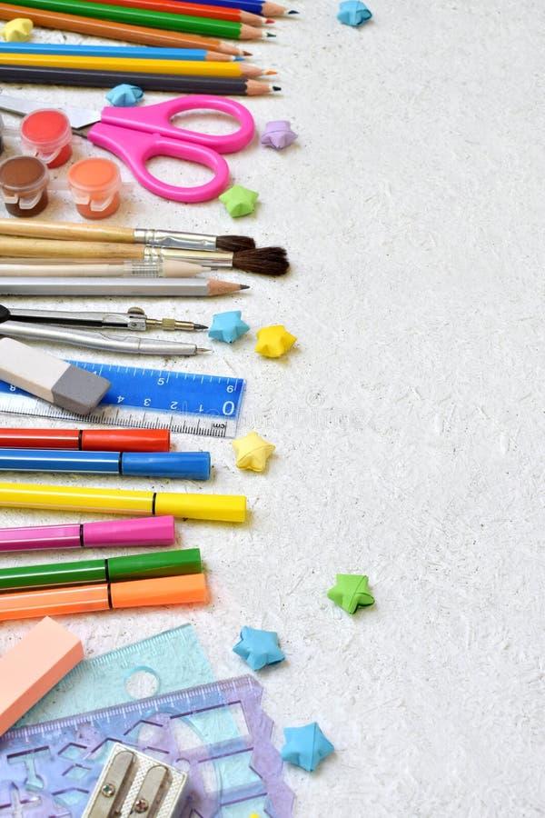 Accesorios y fuentes de la escuela: lápices, marcadores, pintura, plumas, regla en un fondo ligero De nuevo a concepto de la escu fotos de archivo