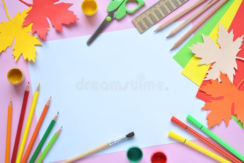 Accesorios y fuentes de la escuela: lápices, pintura, regla, hoja de arce de papel, tijeras en un fondo ligero De nuevo a concept fotografía de archivo libre de regalías
