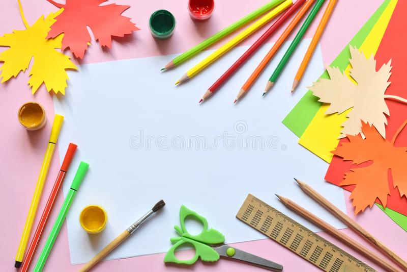 Accesorios y fuentes de la escuela: lápices, pintura, regla, hoja de arce de papel, tijeras en un fondo ligero De nuevo a concept fotos de archivo