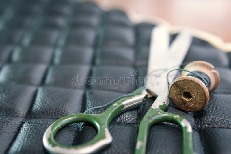 Accesorios y herramientas, concepto de los productos de cuero de las tijeras del hilo de visión superior de costura tradicional fotografía de archivo libre de regalías