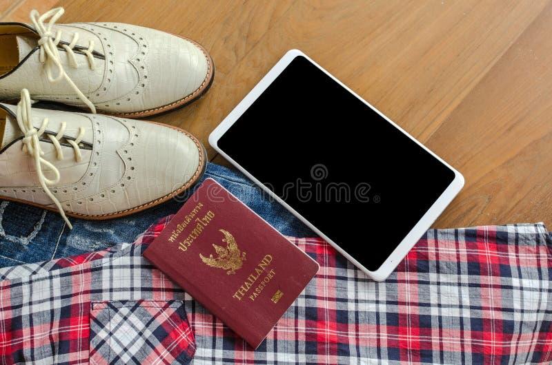 accesorios y traje del viaje en el piso de madera, mezclilla, camisa, zapatos fotos de archivo libres de regalías