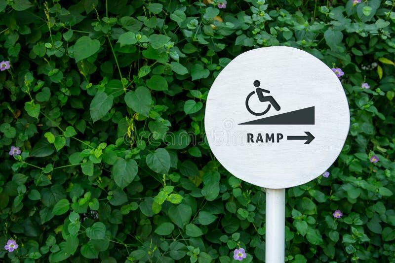 Accessibilité en parc public de ville, panneau de signe de rampe pour Disabl photo stock