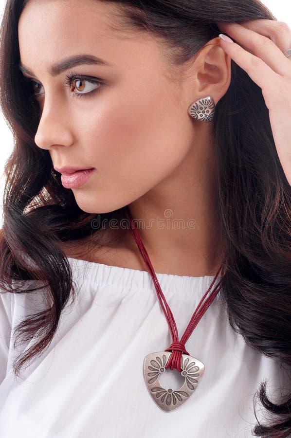 Accessoire élégant sur la femme Boucle d'oreille sur le modèle, collier avec le chok image stock