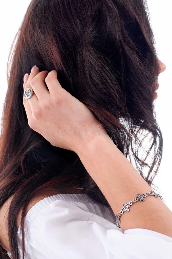 Accessoire argenté élégant sur la femme Bracelet et bague clo photo libre de droits
