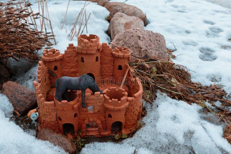 Accessoire de concepteur pour un jardin sous forme de château photographie stock libre de droits
