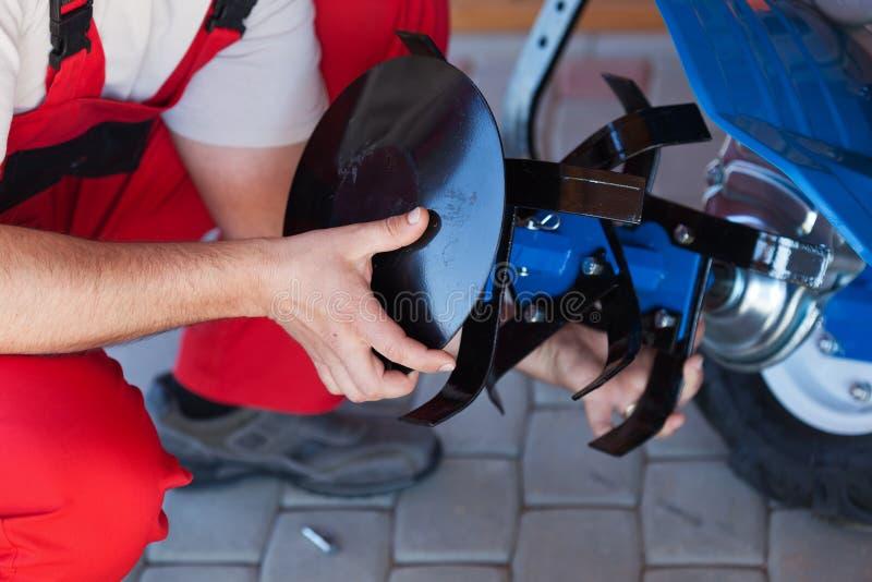 Accessoire de labourage de support de travailleur sur une machine de cultivateur image libre de droits