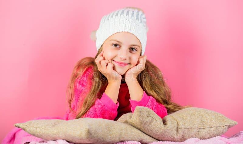 Accessoire de mode d'hiver Chapeau tricoté par fille d'enfant Concept d'accessoire d'hiver Long fond de rose de rêve de cheveux d photos libres de droits